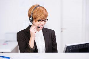 Bürozeiten - Frau mit headset und computer